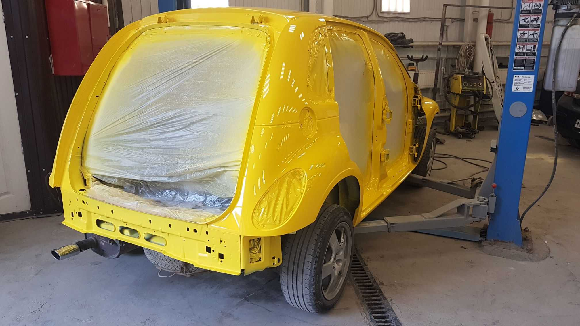 Процесс зачистки поверхности автомобиля