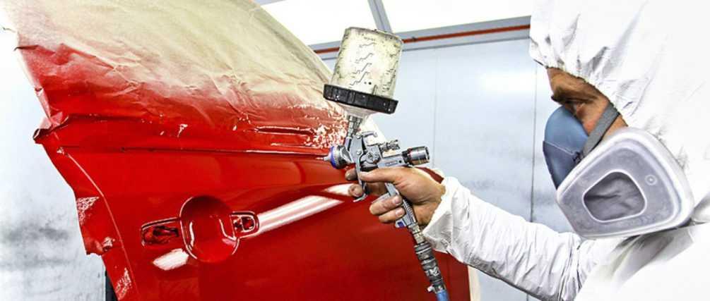Процесс покраски деталей кузова автомобиля